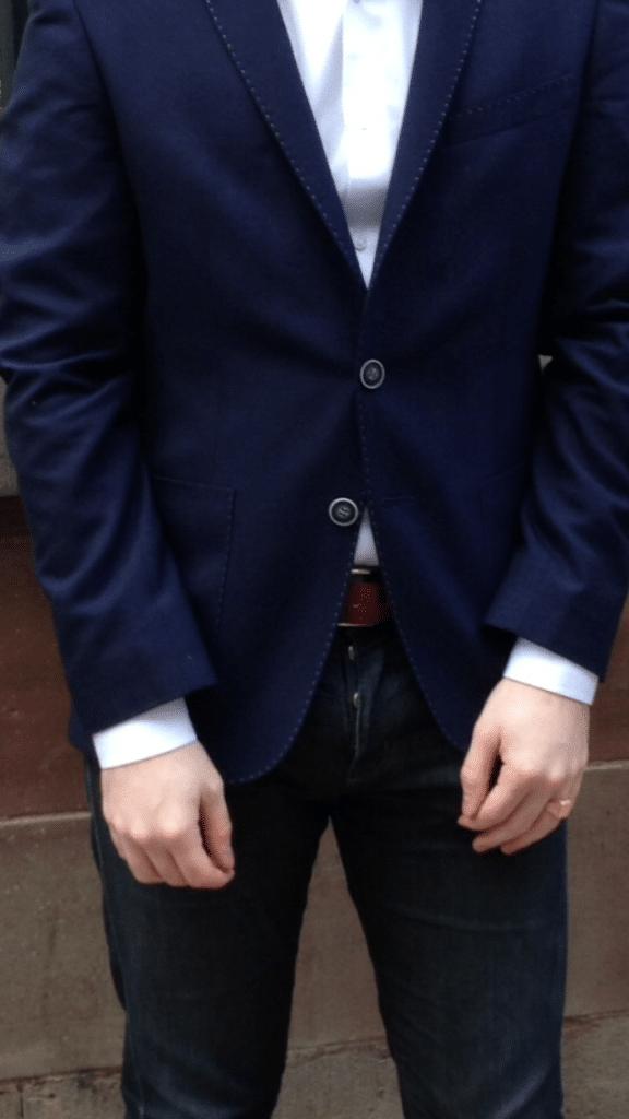ceinture rouge chemise blanche