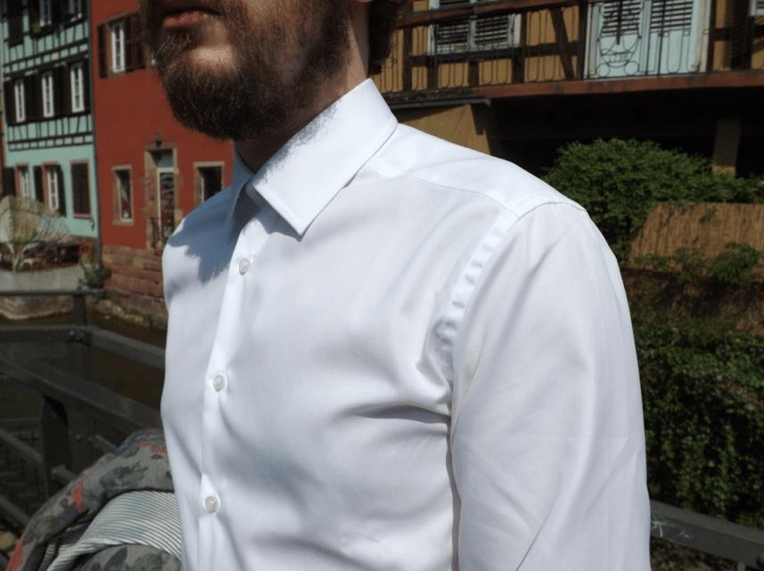 col et épaule chemise blanche