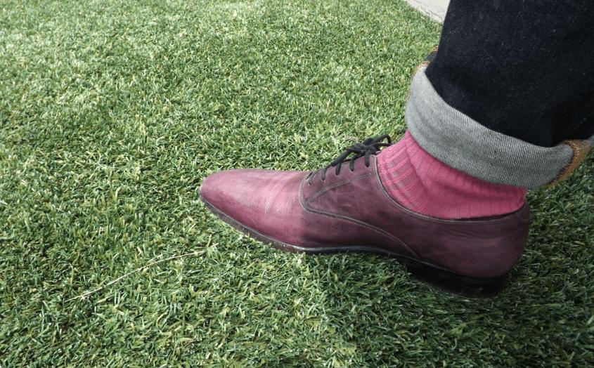 chaussures violettes et chaussettes roses