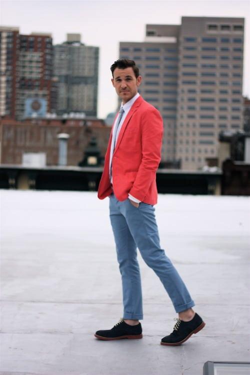 veste rouge pantalon gris bleu