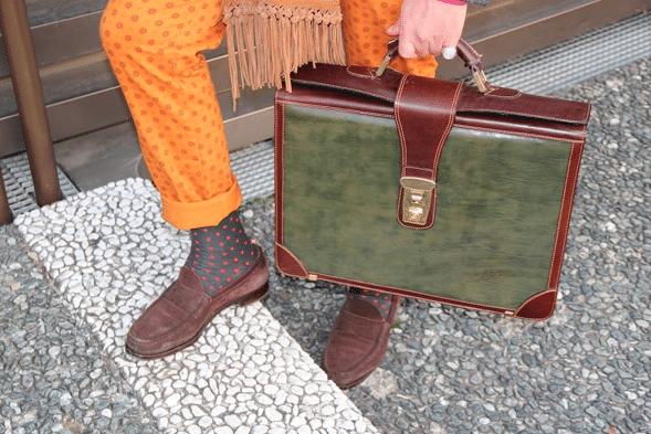 pantalon orange chaussures marrons