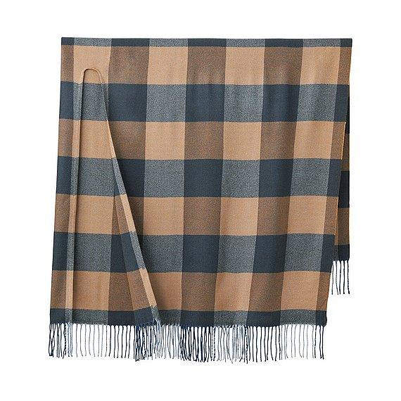 1557c97a062b Comme expliqué précédemment, ce genre d écharpes se marie très facilement  dans de nombreuses tenues avec ses couleurs simples et sa longueur  suffisante pour ...