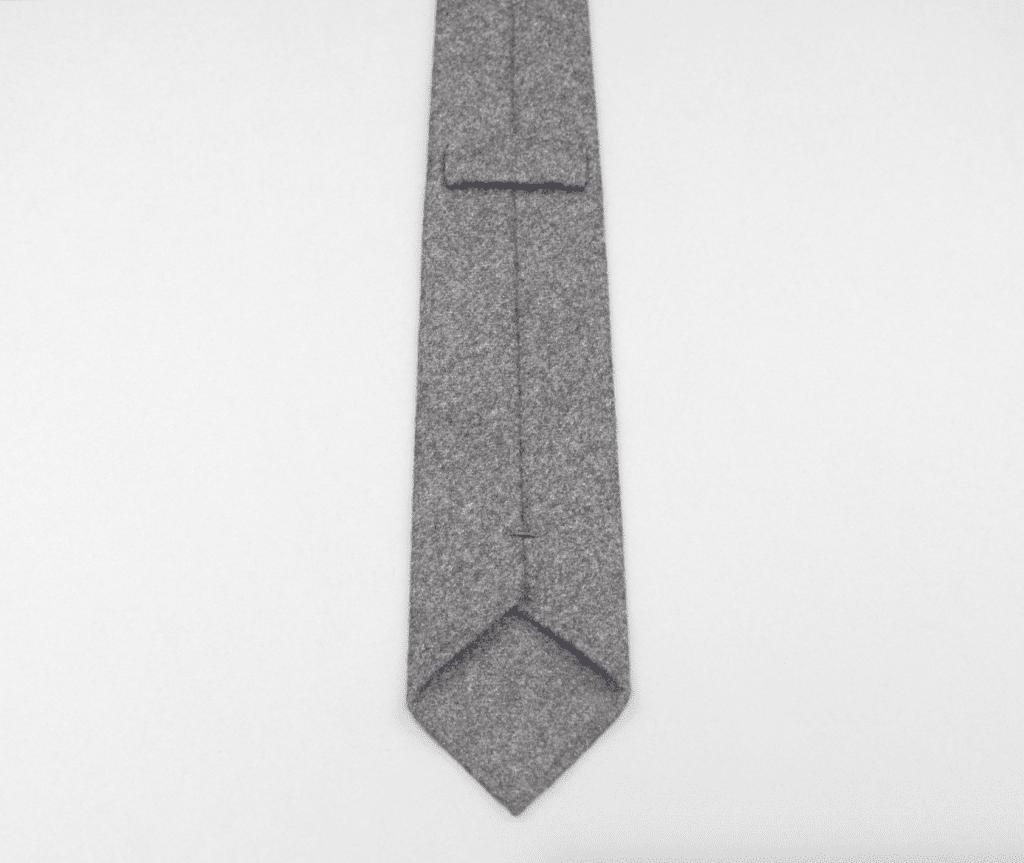 une cravate grise